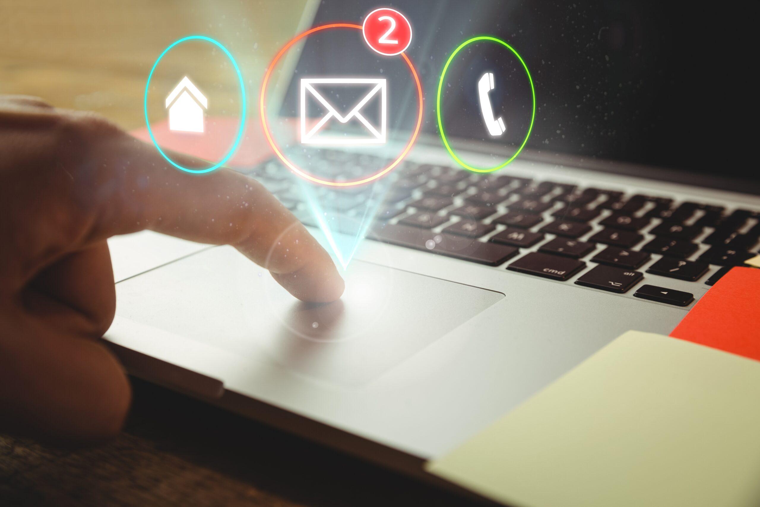 worker with laptop three applications scaled - Wycieki wiadomości e-mail - netcomplex